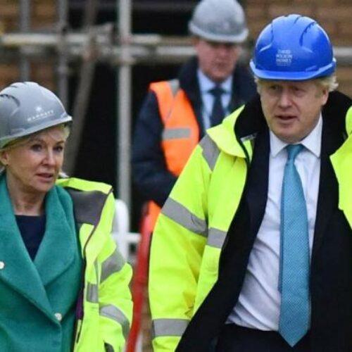 """Κορωνοϊός - Βρετανία: Νόσησε η υφυπουργός Υγείας - """"Περισσότερο ανησυχώ για την 84χρονη μητέρα μου που βήχει"""""""