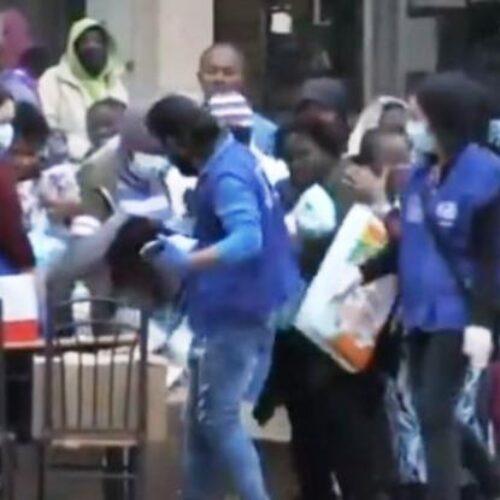 Εικόνες ντροπής στο Κρανίδι: Μετανάστες ποδοπατιούνται για μια σακούλα φαγητό (video)