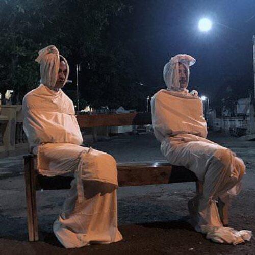 Κορωνοϊός: Ντύνονται φαντάσματα για να κρατήσουν το βράδυ μέσα τους προληπτικούς κατοίκους