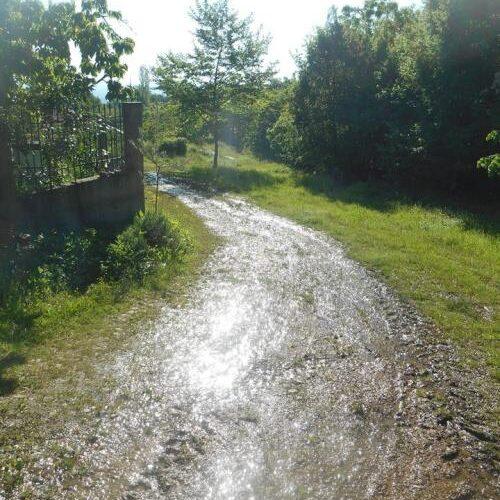 Τρέχει, τρέχει το νερό στους δρόμους, στο Γιαννακοχώρι. ΔΕΥΑΝ ή ΤΟΕΒ Νάουσας;