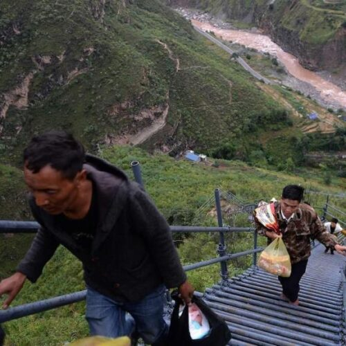 Το Χωριό του Γκρεμού: Οι κάτοικοι ανεβοκατεβαίνουν καθημερινά μια κατακόρυφη σκάλα 800 μέτρων (video)