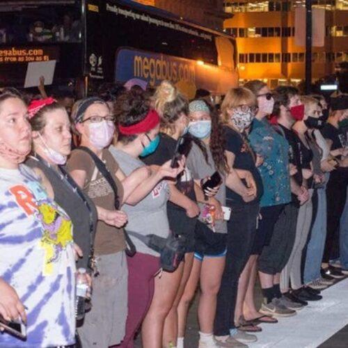 """ΗΠΑ: """"Πάνω από το πτώμα μας"""": Λευκοί σχηματίζουν τείχος προστασίας ανάμεσα σε μαύρους διαδηλωτές και την αστυνομία"""