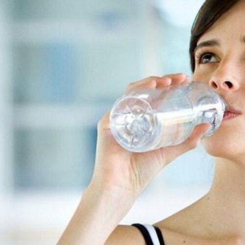 Γιατί πρέπει να πίνουμε νερό: Τα επτά κρίσιμα σημάδια της αφυδάτωσης