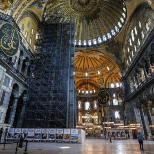 """Συνεχίζεται η """"ισλαμοποίηση"""" της Αγίας Σοφίας: Μόνο με μαντήλα η είσοδος στο μνημείο (video)"""