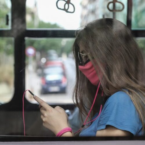 Κορωνοϊός: Σαρώνει τις μικρές ηλικίες – Από 18 έως 39 ετών οι μισοί από όσους νόσησαν χθες στην Ελλάδα