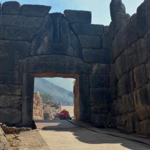 Mυκήνες: Εικόνες θλίψης και καταστροφής από το πέρασμα της φωτιάς στον εμβληματικό αρχαιολογικό χώρο
