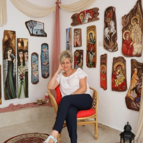 Βίκυ Νικοπούλου – Δαβιώτη. Ζωντανεύοντας το παλιό ξύλο με χρώμα και ευαισθησία