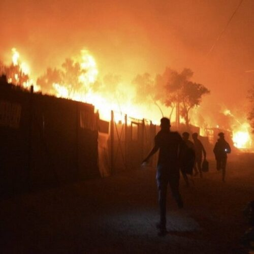 Νύχτα κόλασης στη Μόρια: Εξέγερση των προσφύγων, κάηκε το ΚΥΤ (photos/video)