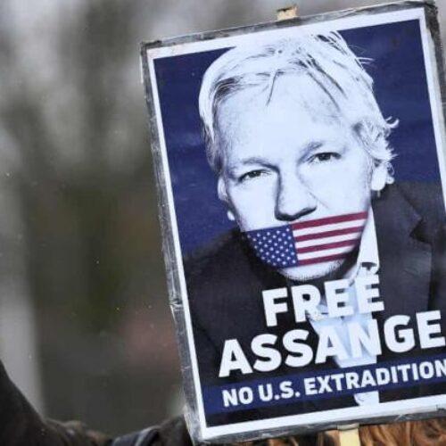 Τζούλιαν Ασάνζ: Δημοσιοποίησε στοιχεία για εγκλήματα πολέμου των Αμερικανών - Σήμερα η δίκη στο Λονδίνο για έκδοσή του στις ΗΠΑ