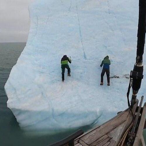 Εξερευνητές σκαρφάλωσαν επάνω σε παγόβουνο και εκείνο αναποδογύρισε