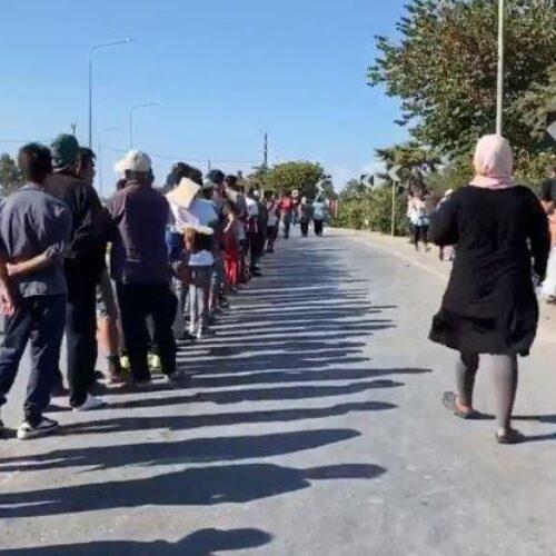 """Λέσβος: """"Η μεγαλύτερη σειρά αναμονής στην ιστορία"""" - Ουρά χιλιάδων ανθρώπων για λίγα τρόφιμα (Video)"""