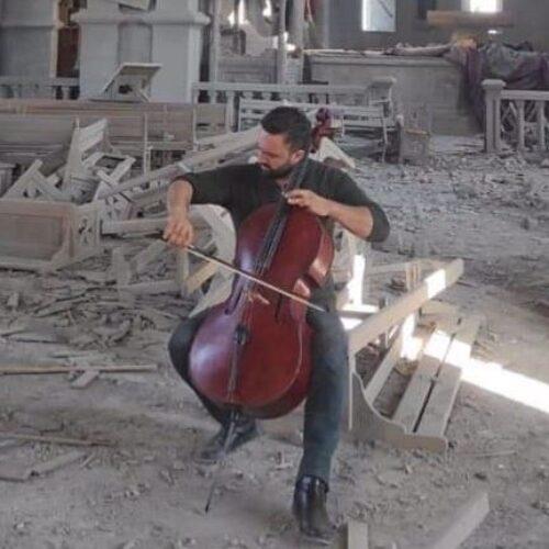 Ο μουσικός θρήνος του Αρμένιου βιολοντσελίστα στα ερείπια της βομβαρδισμένης (από τους Αζέρους) εκκλησίας (video)