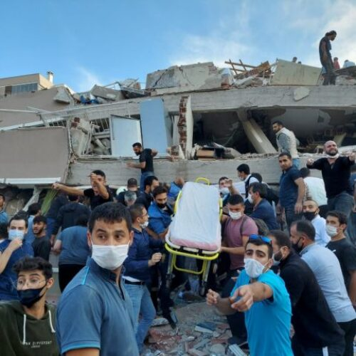 Σμύρνη: Μάχη με τον χρόνο για εντοπισμό εγκλωβισμένων στα συντρίμμια - Δεκάδες νεκροί, εκατοντάδες τραυματίες