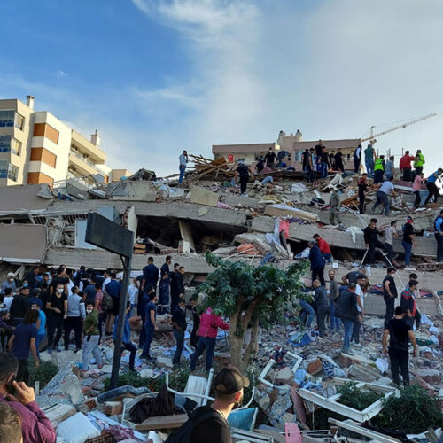 Σμύρνη: Τουλάχιστον 12 νεκροί από τον φονικό σεισμό - Μάχη για τους δεκάδες εγκλωβισμένους στα κτίρια που κατέρρευσαν
