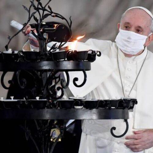 Βατικανό: Ο Πάπας Φραγκίσκος έβαλε για πρώτη φορά μάσκα σε δημόσια λειτουργία