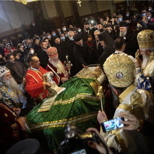 Βελιγράδι: Σε λαϊκό προσκύνημα εν μέσω πανδημίας η σορός του Πατριάρχη Ειρηναίου που πέθανε από κορωνοϊό (video)