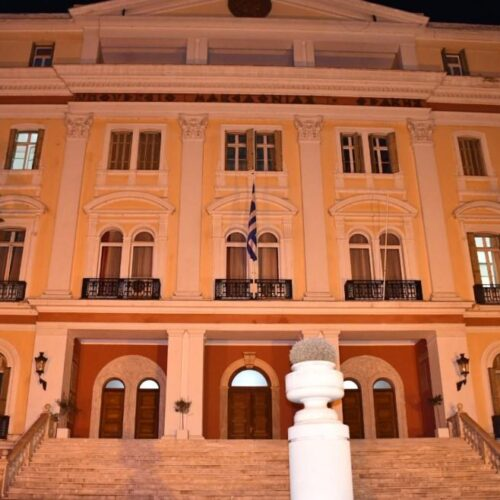Θεσσαλονίκη: Φωταγωγήθηκε πορτοκαλί το Διοικητήριο στηρίζοντας την καμπάνια για την εξάλειψη της βίας κατά των γυναικών