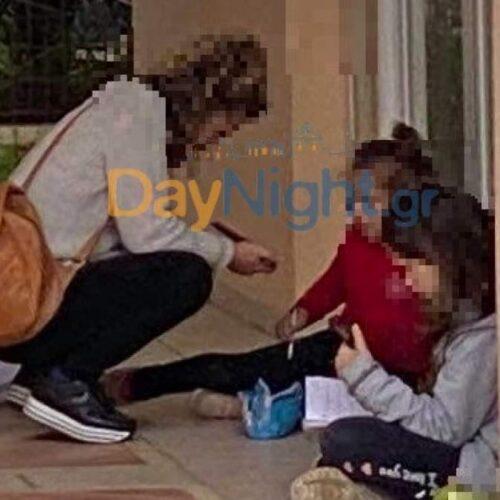 Εικόνες ντροπής: Μητέρα κάθεται σε πεζούλι με τα 2 παιδιά της για να παρακολουθήσουν τα μαθήματα