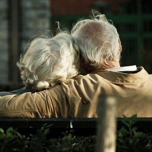Βόλος: Συγκινητική ιστορία για ζευγάρι ηλικιωμένων – «Έφυγαν» από τη ζωή με μια μέρα διαφορά από κορωνοϊό