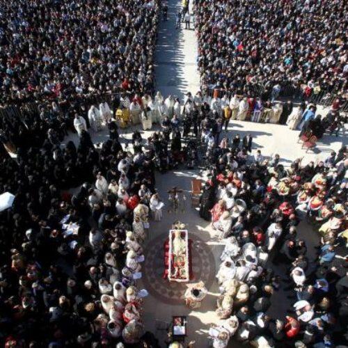 Μαυροβούνιο: Χωρίς καμία προφύλαξη πιστοί φιλούν τη σορό μητροπολίτη που πέθανε από κορωνοϊό (video)
