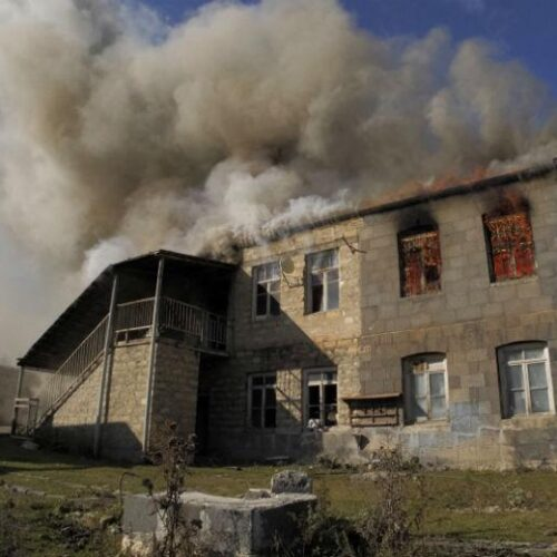 Ναγκόρνο Καραμπάχ: Συγκλονιστικό - Καίνε τα σπίτια τους οι Αρμένιοι πριν τα εγκαταλείψουν