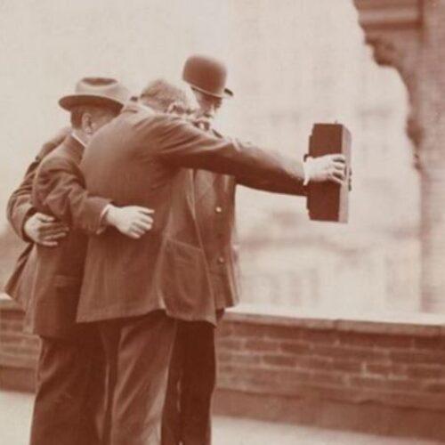 Η παλαιότερη selfie φωτογραφία - πορτρέτο τραβήχτηκε το 1839, η πρώτη ομαδική το 1920 σε μια ταράτσα της Νέας Υόρκης...