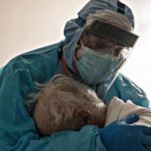 ΗΠΑ - Κορωνοϊός: Σύμβολο της συμπόνιας του υγειονομικού προσωπικού η φωτογραφία γιατρού που αγκαλιάζει ηλικιωμένο ασθενή