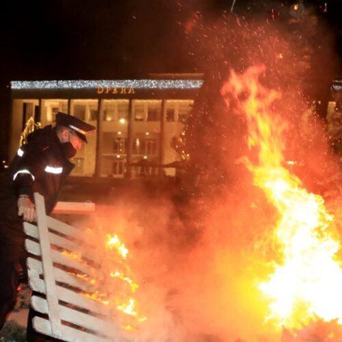 Αλβανία: Νύχτα χάους στα Τίρανα - Φωτιές, δακρυγόνα και συγκρούσεις για την δολοφονία 25χρονου από αστυνομικό (video)