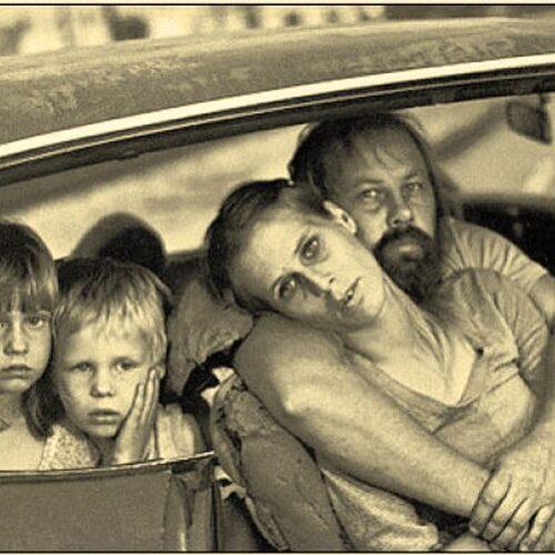 Μια εικόνα χίλιες λέξεις: Οικογένειαμε στέγη αυτοκίνητο στο Λος Άντζελες