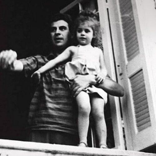 """""""Η Μαργαρίτα, ο Μίκης, το παιδί, ο μπαμπάς…"""" γράφει ο Μηνάς Βιντιάδης"""