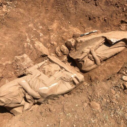 """""""Υψηλής καλλιτεχνικής ποιότητας έργο"""" το εντυπωσιακό επιτύμβιο μνημείο που ανακαλύφθηκε στην Παιανία"""