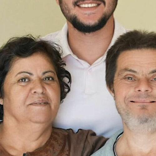 Πατέρας με σύνδρομο Down ανέθρεψε έναν υπέροχο γιο γιατρό καταρρίπτοντας μύθους και στερεότυπα