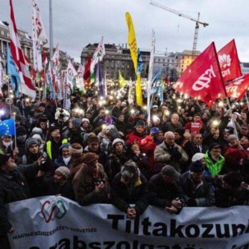Ουγγαρία: Πλήθος διαδηλωτών παρά την απαγόρευση βγήκε στους δρόμος ενάντια  στο lockdown