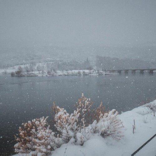 Εικόνες μοναδικής ομορφιάς στη χιονισμένη Λίμνη του Αλιάκμονα