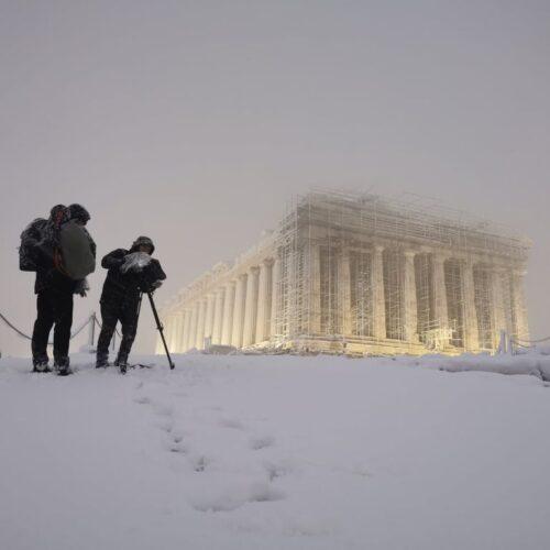"""Παγώνοντας το χρόνο: """"Ο Παρθενώνας αστράφτει στο εκτυφλωτικό λευκό του χιονιού..."""""""