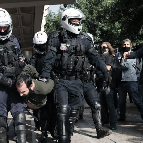 """Γερμανικός Τύπος για Ελλάδα: """"Παντού αστυνομικοί, πουθενά γιατροί"""""""
