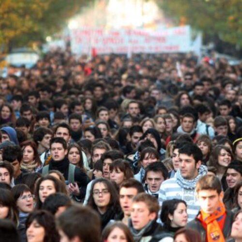 """""""Μεγαλώνει το χάσμα της κυβέρνησης με τη νέα γενιά"""" γράφει η  Ελένη Καλογεροπούλου"""