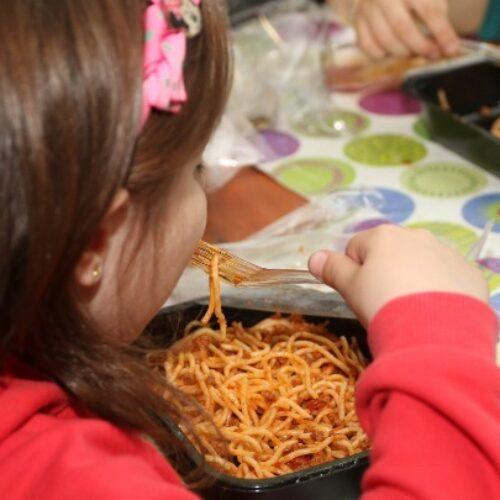 """Ο ΣΥΡΙΖΑ για τη διακοπή των σχολικών γευμάτων: """"Αποτέλεσμα της ιδεολογικής εμμονής εναντίον τους και ανικανότητας"""""""