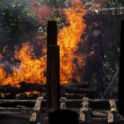 Αυτοσχέδια κρεματόρια για τους νεκρούς του κορονοϊού στην Ινδία