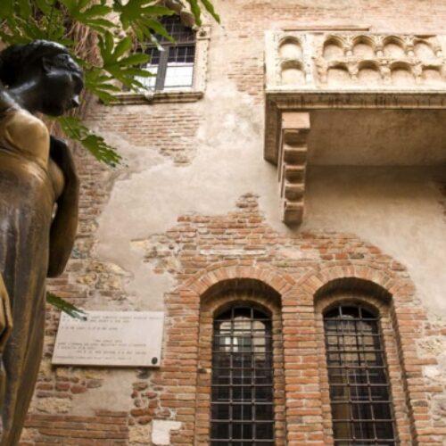 Βερόνα: Τα πλήθη συρρέουν στο μπαλκόνι της Ιουλιέτας
