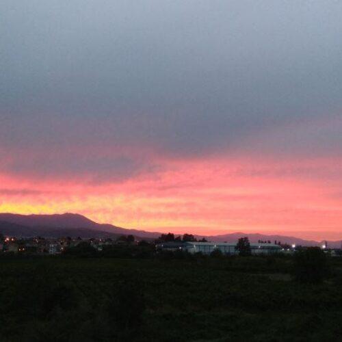 Ηλιοβασίλεμα πάνω από τη Βέροια με το φακό τριών αναγνωστών της Φαρέτρας