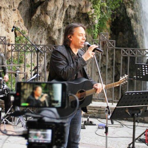 """Δωρεάν on line συναυλία: """"Πάσχα με τον Γιάννη Κότσιρα,  από τους καταρράκτες της Έδεσσας"""""""