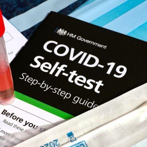 Self tests: Πότε σταματούν για τους πλήρως εμβολιασμένους / Ο εμβολιασμός για όσους νόσησαν