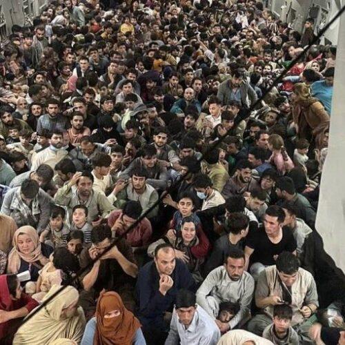 Καμπούλ: Εικόνες σοκ από το αεροδρόμιο / 600 άνθρωποι στοιβαγμένοι σε στρατιωτικό αεροσκάφος