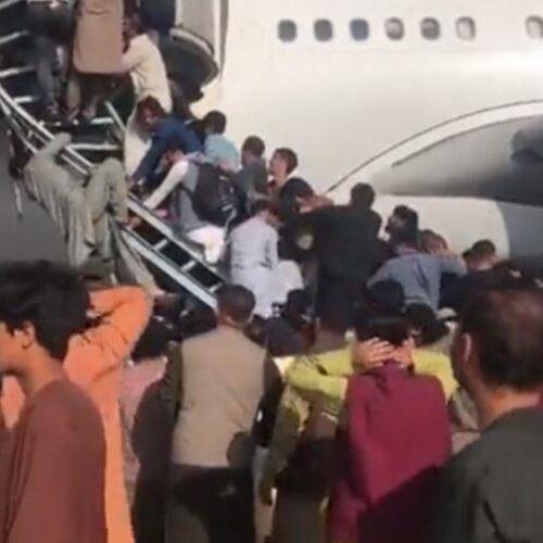 """Αφγανιστάν: Χάος στο αεροδρόμιο της Καμπούλ  / Τραμπ σε Μπάιντεν: """"Παραιτήσου"""""""