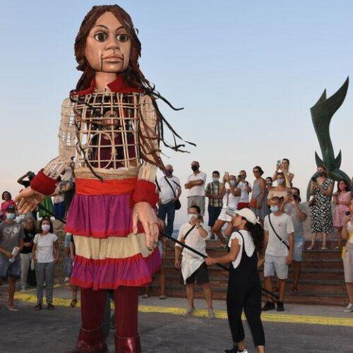 Το ταξίδι των 8000 χιλιομέτρων της μικρής Αμάλ / Η προσφυγοπούλα κούκλα από τη Συρία βρίσκεται στη Χίο