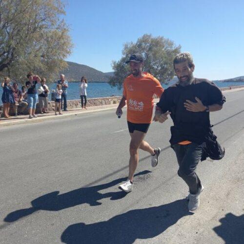 Λέσβος: Ιερέας δρομέας τρέχει με το ράσο του σε αγώνες και κερδίζει μετάλλια