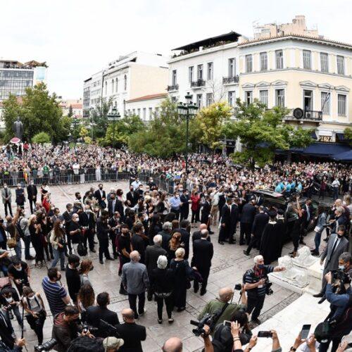 Μίκης Θεοδωράκης / Ο λαός αποχαιρέτησε τραγουδώντας τον καλλιτέχνη που έκανε τραγούδι τους πόνους και τους αγώνες του